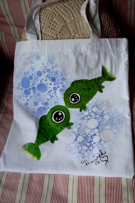 """Látková 100% bavlněná nákupní taška přes rameno - bílá - zdobená kombinovanými technikami - ručně malovaná,práce se šablonou a razítky. Veselá, praktická, zero a low vaste. Ryby, rybky pro rybáře :-) Veronika """"Tanísek"""" Kocková"""
