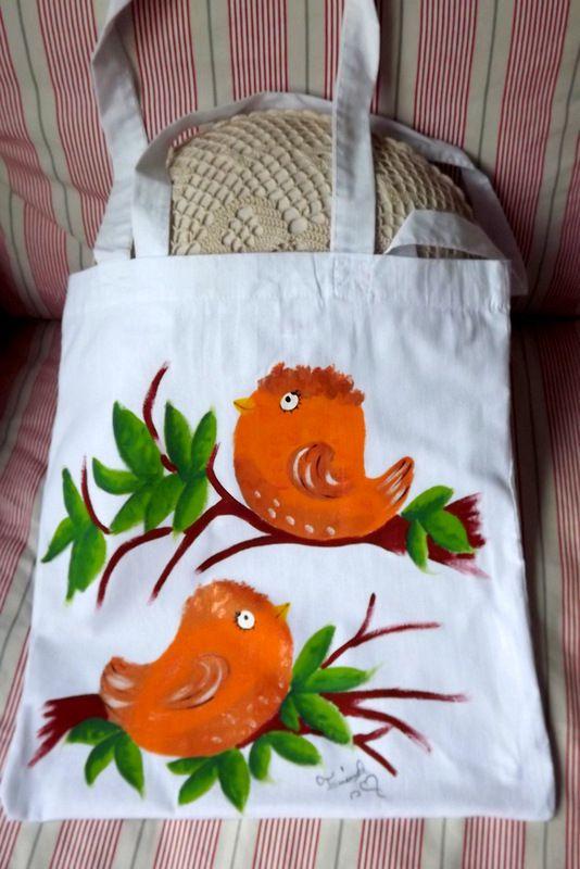 """Látková - 100% bavlněná nákupní taška s dlouhýma ušima - bílá - ručně malovaná. Veselá, praktická, zero a low waste. Zlatí, žlutí ptáčci, ptáci Veronika """"Tanísek"""" Kocková"""