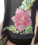 """Červený ibišek XXL DR - Černé dámské tričko s dlouhým rukávem a ručně malovaným červeným ibiškem. Veronika """"Tanísek"""" Kocková"""