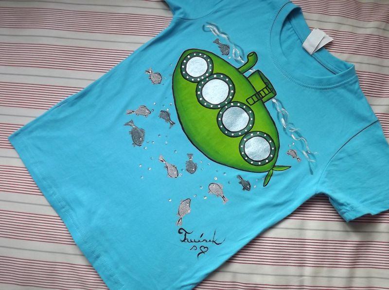 """Superponorka 122 - Jasně modré tričko s krátkým rukávem s namalovanou ponorkou a rybkama. Veselé, ručně malované. Veronika """"Tanísek"""" Kocková"""