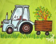 """Modrý traktor na zeleném 134 - Světle zelené tričko s krátkým rukávem s namalovaným traktorem s valníkem. Veselé, ručně malované. Veronika """"Tanísek"""" Kocková"""