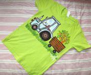 Modrý traktor na zeleném 134