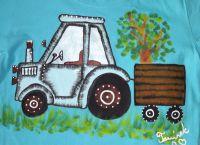 """Modrý traktor na modrém 134 - Světle modré tričko s krátkým rukávem s namalovaným traktorem s valníkem. Veselé, ručně malované. Veronika """"Tanísek"""" Kocková"""