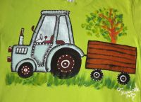 """Modrý traktor na zeleném 146 - Ručně malované tričko s krátkým rukávem světle zelené. Mamalovaný traktor s valníkem. Veselé, ručně malované. Veronika """"Tanísek"""" Kocková"""