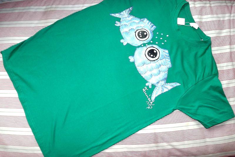 """Zamilované rybky KR M - 100% bavlněné zelené tričko unisex střihu, ručně namalované dvě modré třpytivé ryby. Krátký rukáv Veronika """"Tanísek"""" Kocková"""