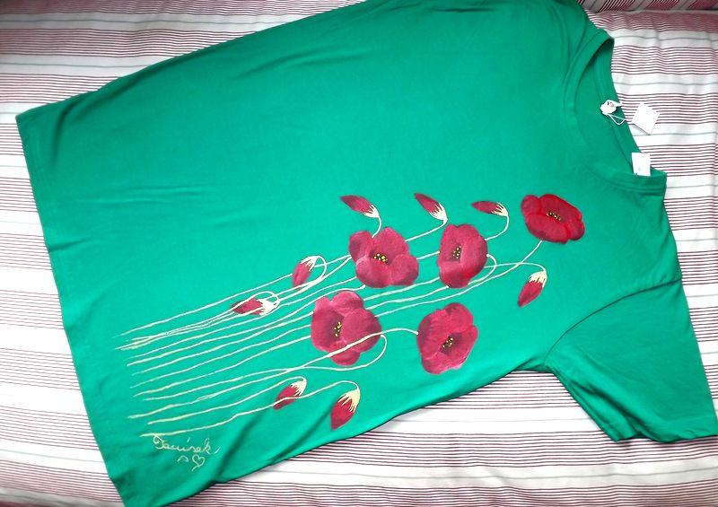 """Rozkvetlé tričko vlčími máky KR M - 100% bavlněné zelené tričko unisex střihu, ručně namalované vlčí máky a poupata. Krátký rukáv Veronika """"Tanísek"""" Kocková"""