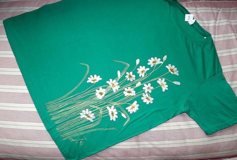 """Kopretiny na zelené louce KR XL - 100% bavlněné zelené tričko unisex střihu, ručně namalované kopretiny a poupata. Krátký rukáv Veronika """"Tanísek"""" Kocková"""