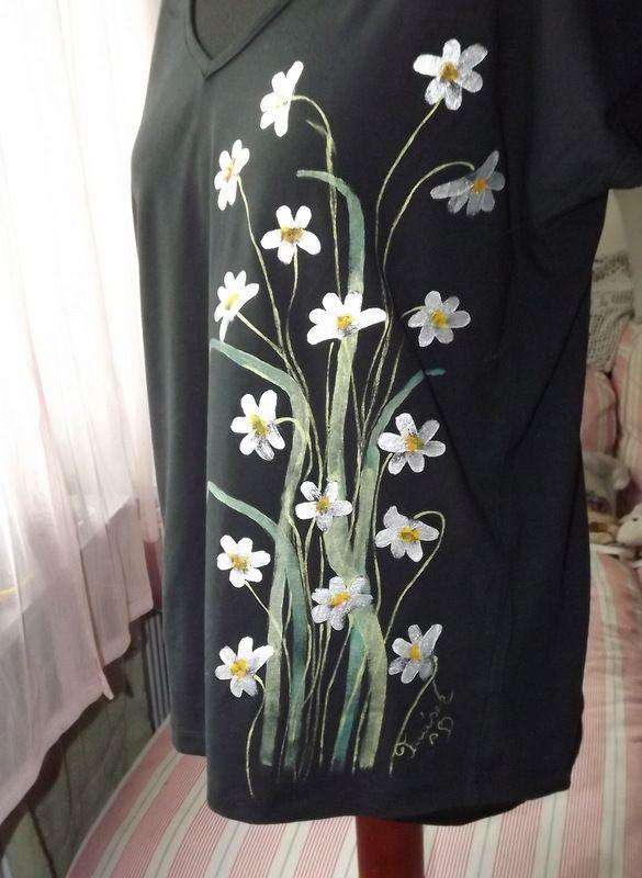 """Kopretinky XXL KR - Elegantní, decentní černé dámské triko s ručně malovanými kopretinami. S krátkým rukávem Veronika """"Tanísek"""" Kocková"""