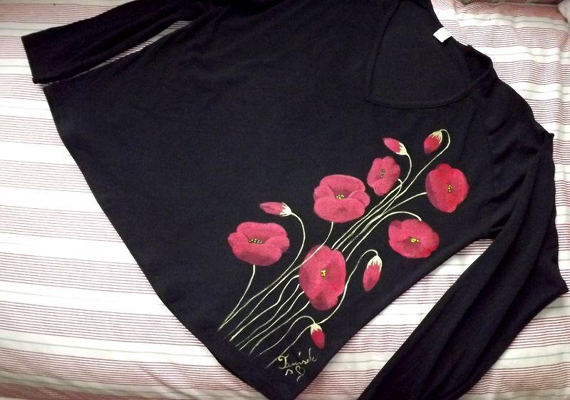 """Vlčí máky XXL DR - Elegantní, decentní černé dámské triko s ručně malovanými vlčími máky. S dlouhým rukávem Veronika """"Tanísek"""" Kocková"""