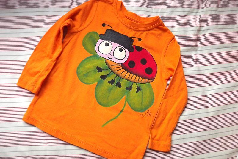 """Beruška na čtyřlístku 110 - Oranžové tričko s dlouhým rukávem pro kluka i holčičku s namalovanou beruškou na čtyřlístku. Roztomilé, veselé, ručně malované. Veronika """"Tanísek"""" Kocková"""
