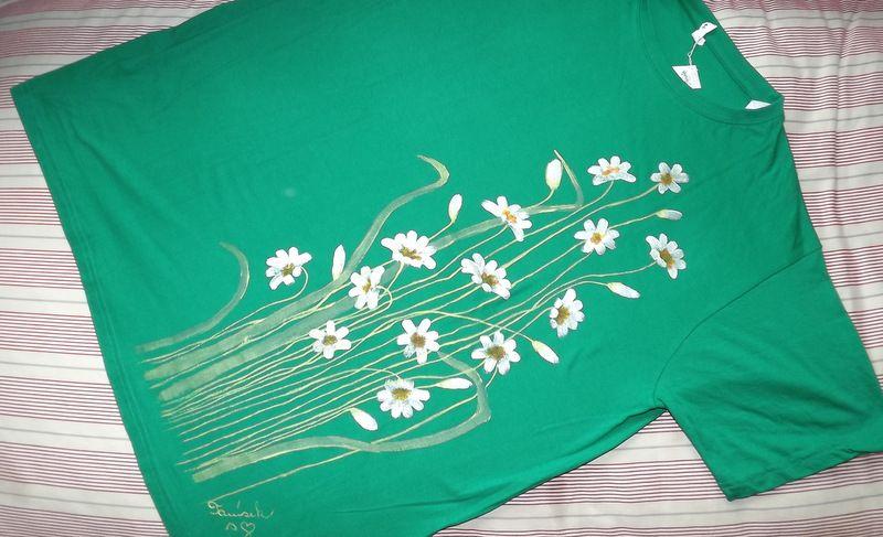 """Zelená louka s kopretinami KR XXL - 100% bavlněné zelené tričko unisex střihu, ručně namalované kopretiny. Krátký rukáv Veronika """"Tanísek"""" Kocková"""