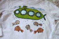 "Turboponorka 98- bílé tričko s dlouhým rukávem s namalovanou ponorkou a rybkama. Veselé, ručně malované. Veronika ""Tanísek"" Kocková"