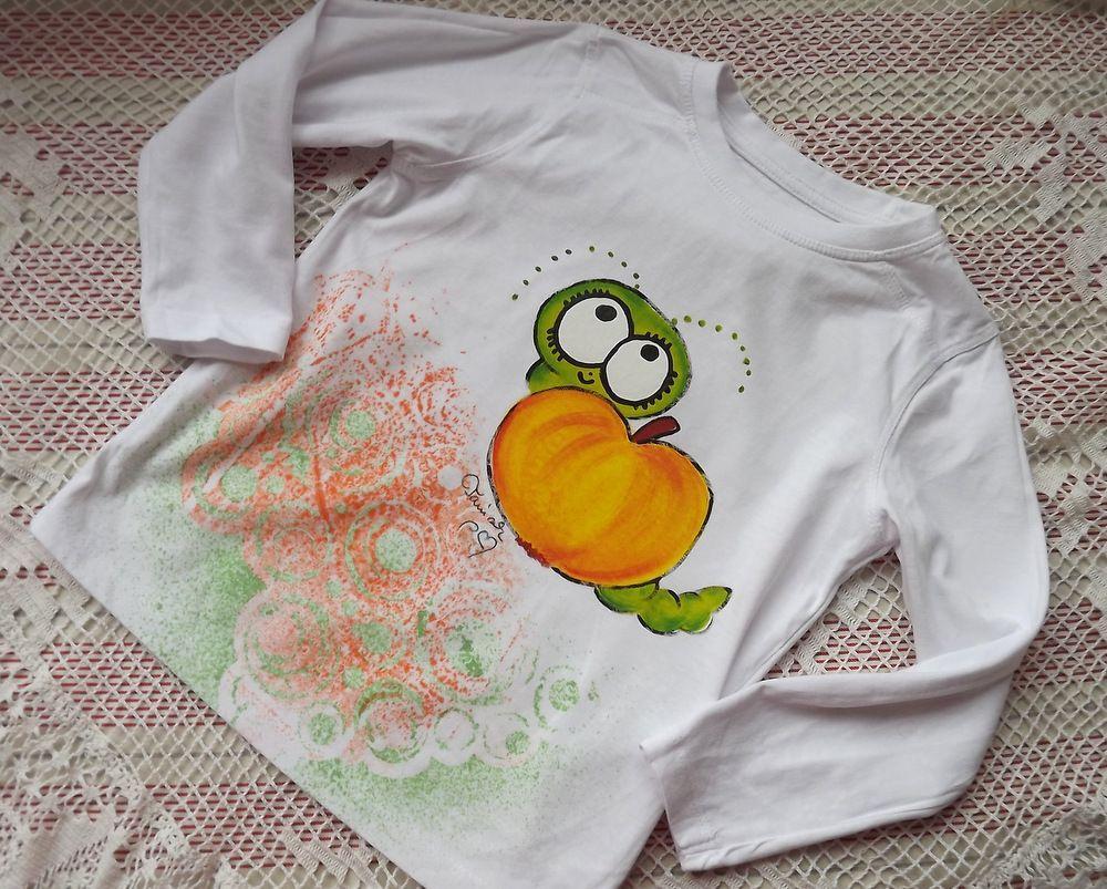 Bílé tričko s dlouhým rukávem a namalovaným jablíčkem a červíkem