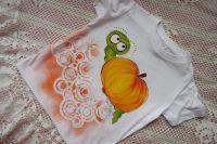 ručna malované bílé tričko s červíkem a jablíčkem