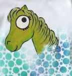 Bílé body s krátkým rukávem a ručně namalovaným zeleným koníkem. Kolem koníka jsou modrozelené bubliny