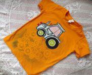 modrý malovaný traktor na oranžovém tričku 122