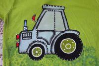 """Modrý traktor na zeleném 122 - Jasně zelené tričko s krátkým rukávem s namalovaným traktorem s valníkem. Veselé, ručně malované. Veronika """"Tanísek"""" Kocková"""