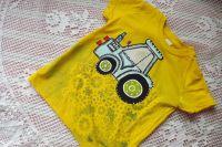 Modrý malovaný traktor s modrým komínem na žlutém tričku velikost 110 (ozubená kola negativ)