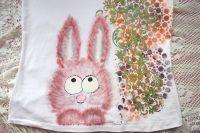 Ručně malovaný rozverný chundelatý králíček na dámském bílém tričku velikosti L