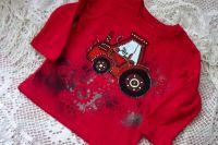 Červené tričko s dlouhým rukávem - ručně malovaný traktor s modrým oknem