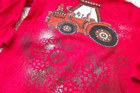 Červený traktor s modrým oknem na červeném tričko s dlouhým rukávem