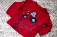 Červený traktor s fialovým oknem na červeném tričko s dlouhým rukávem