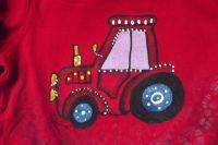 Červený traktor s fialovým oknem na červeném tričku s dlouhým rukávem
