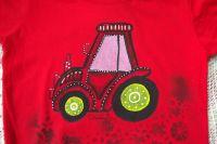 Ručně malovaný traktor se zelenými koly na červeném tričku s krátkým rukávem a vrstveným efektem velikost 116