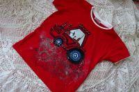 Ručně malovaný traktor s modrými koly na červeném tričku s krátkým rukávem a vrstveným efektem