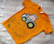 Modrý traktor na oranžovém tričku s krátkým rukávem. Ručně malované, velikost 122, 6-7 let