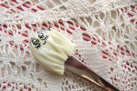 Duch s vykasaným prostěradlem- fimem zdobená vidlička- ručně modelovaná a malovaná