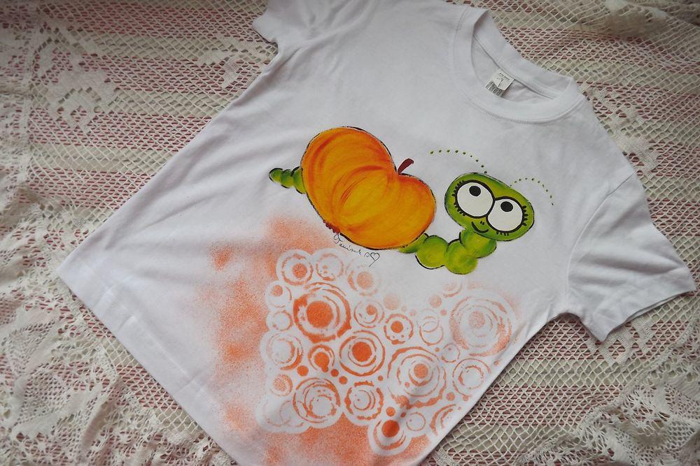 "Jablíčko s červíkem na bílém tričku Adler 134 Veronika ""Tanísek"" Kocková"